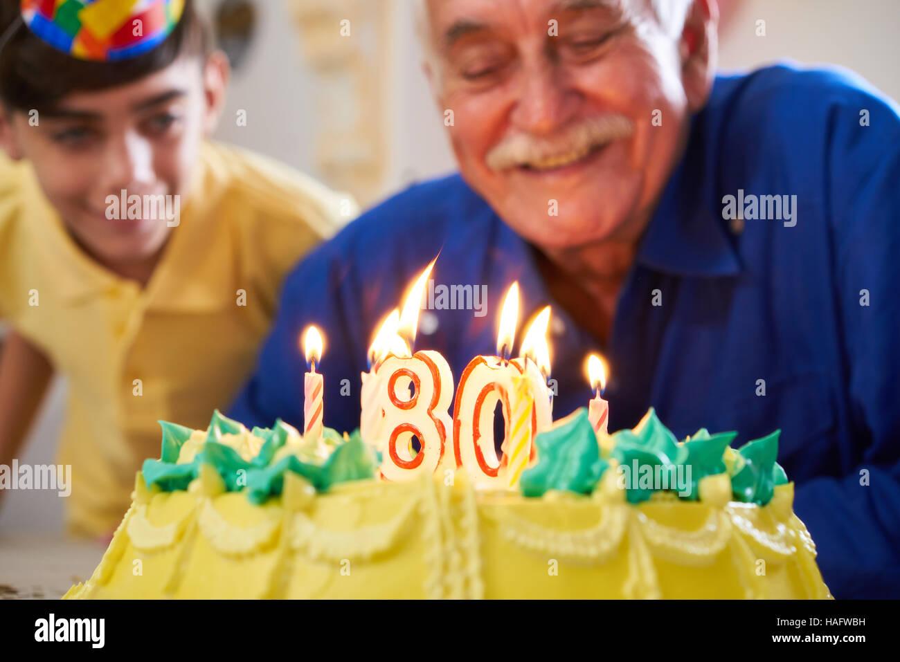 Nipote e Famiglia celebra il senior uomo ottanta compleanno. Nonno
