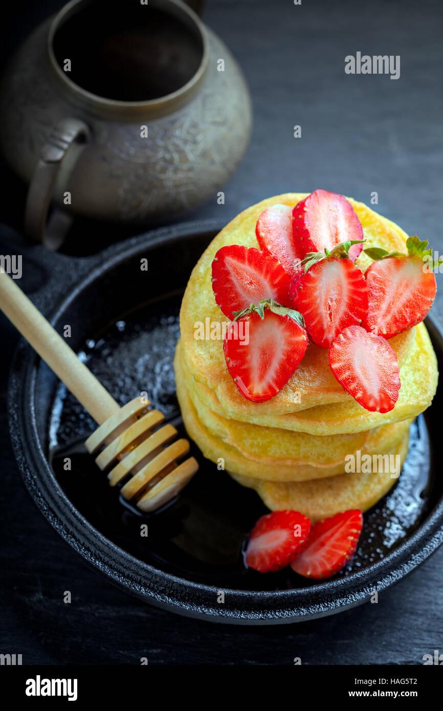 Pila di frittelle dolci con fragola e miele. Senza glutine di farina. Immagini Stock