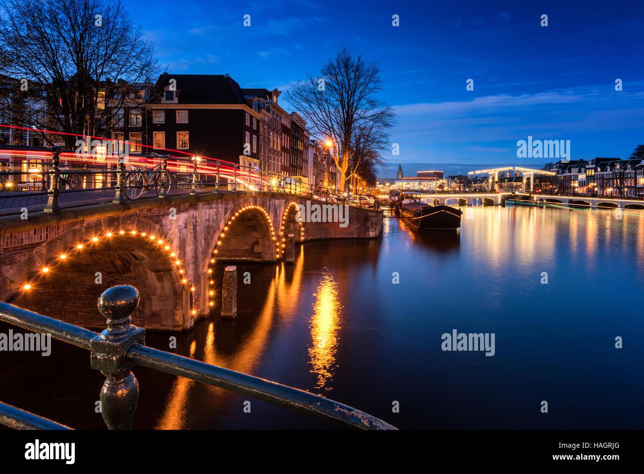 Canali di Amsterdam e ponti al tramonto Immagini Stock