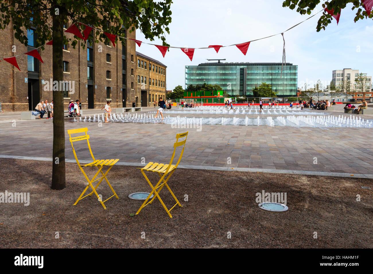 Sedie Pieghevoli Gialle : Due metallo giallo sedie pieghevoli e bunting dalle fontane in