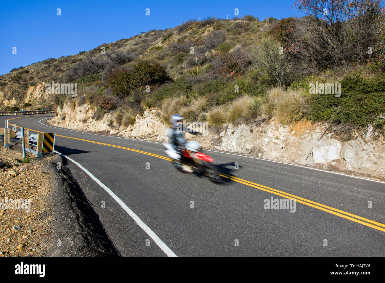 Azione di sfocatura di un motociclista su una strada vicino a Rt. 1 e Malibu, California, Stati Uniti d'America Immagini Stock