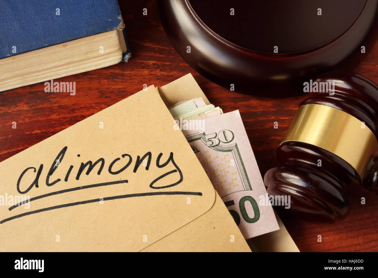 Alimony concetto. Una busta con il denaro contante su un tavolo. Immagini Stock