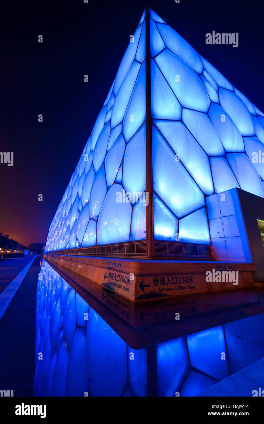 Water Cube - verticale di un ampio angolo di visione notturna del Beijing National Aquatics Centre, noto anche come Water Cube, al Parco Olimpico. Foto Stock