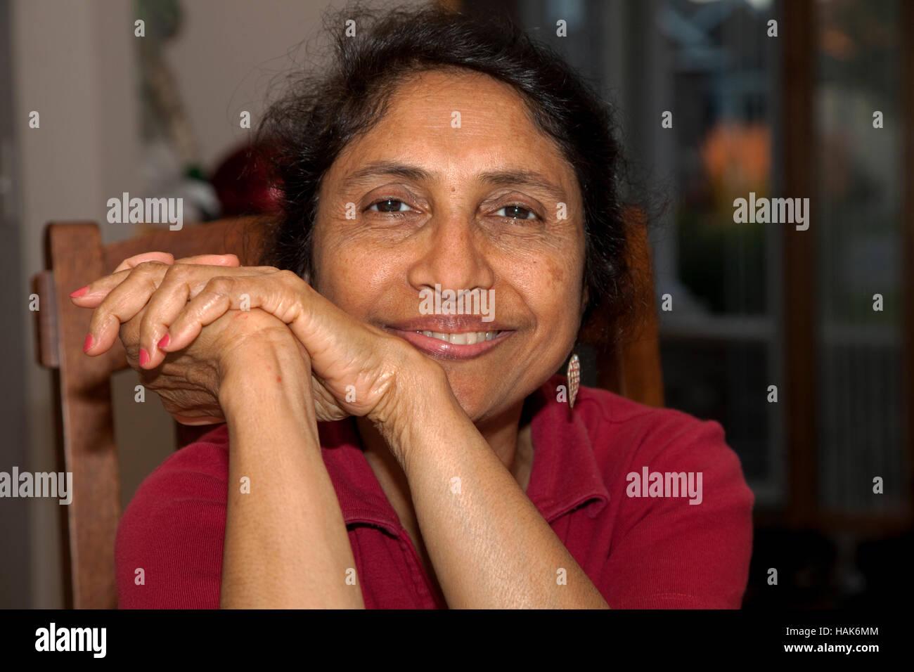 Felice, affascinante e bella East Indian American dall'India a casa età 62. Champlin Minnesota MN USA Immagini Stock