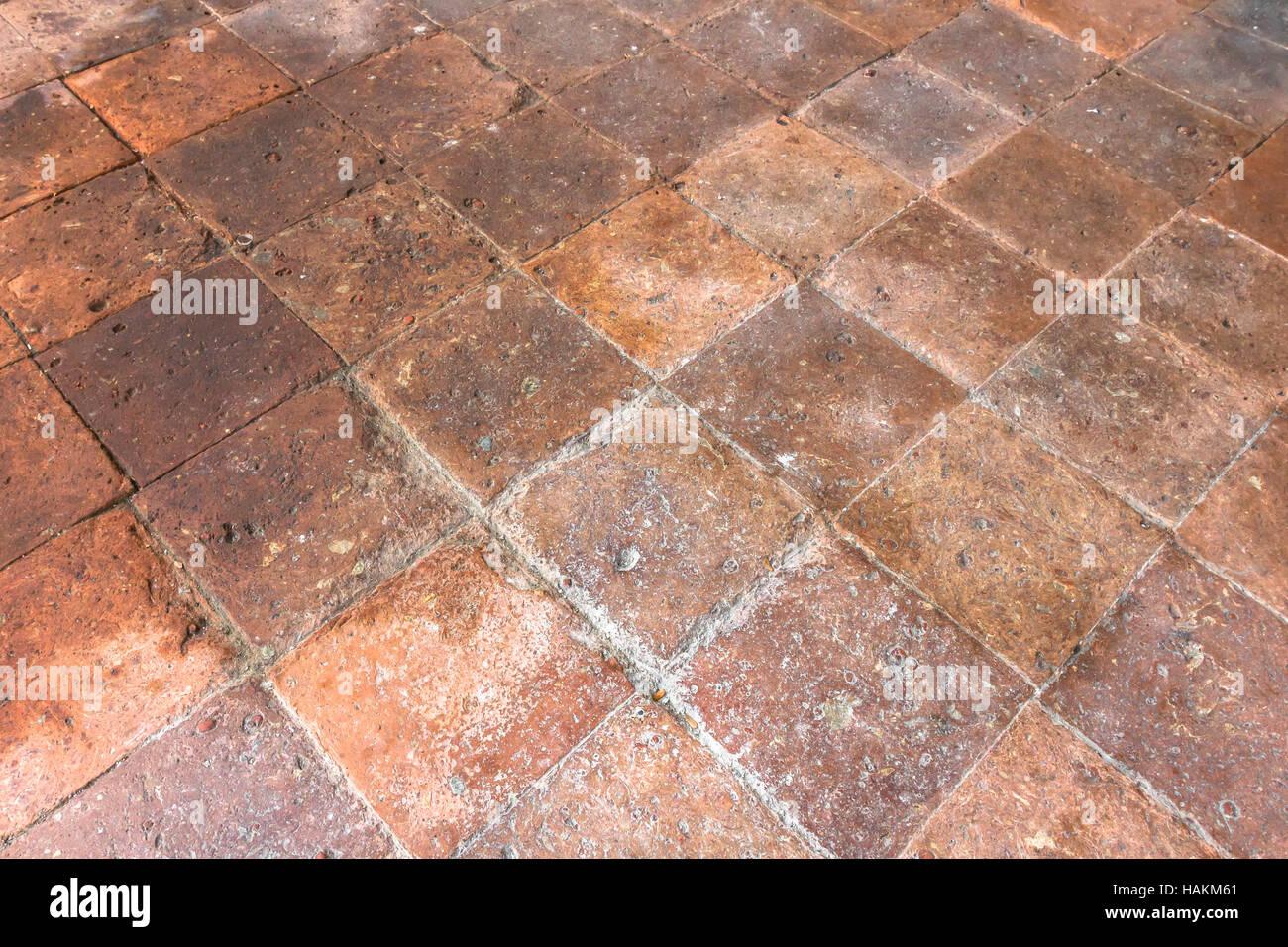 Pavimento in cotto con piastrelle vecchie all interno di un casale