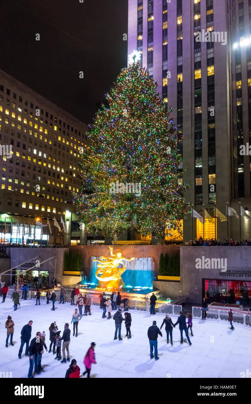 Albero Di Natale New York.Gigantesco Albero Di Natale Presso La Pista Al Rockefeller Center Di