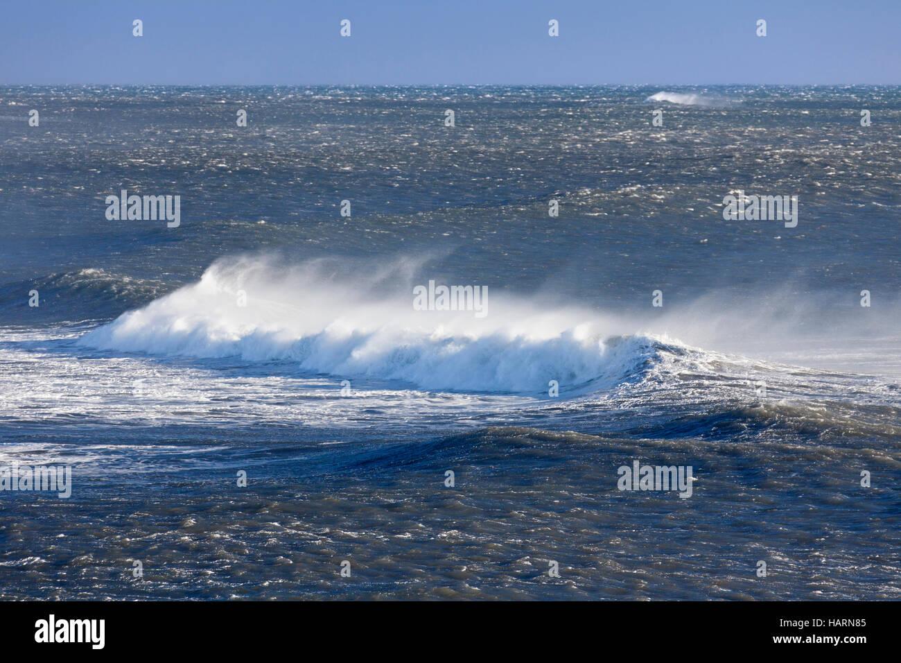 Cresta d'onda al mare Artico mostra airborne spray e spindrift a causa di forti venti Immagini Stock
