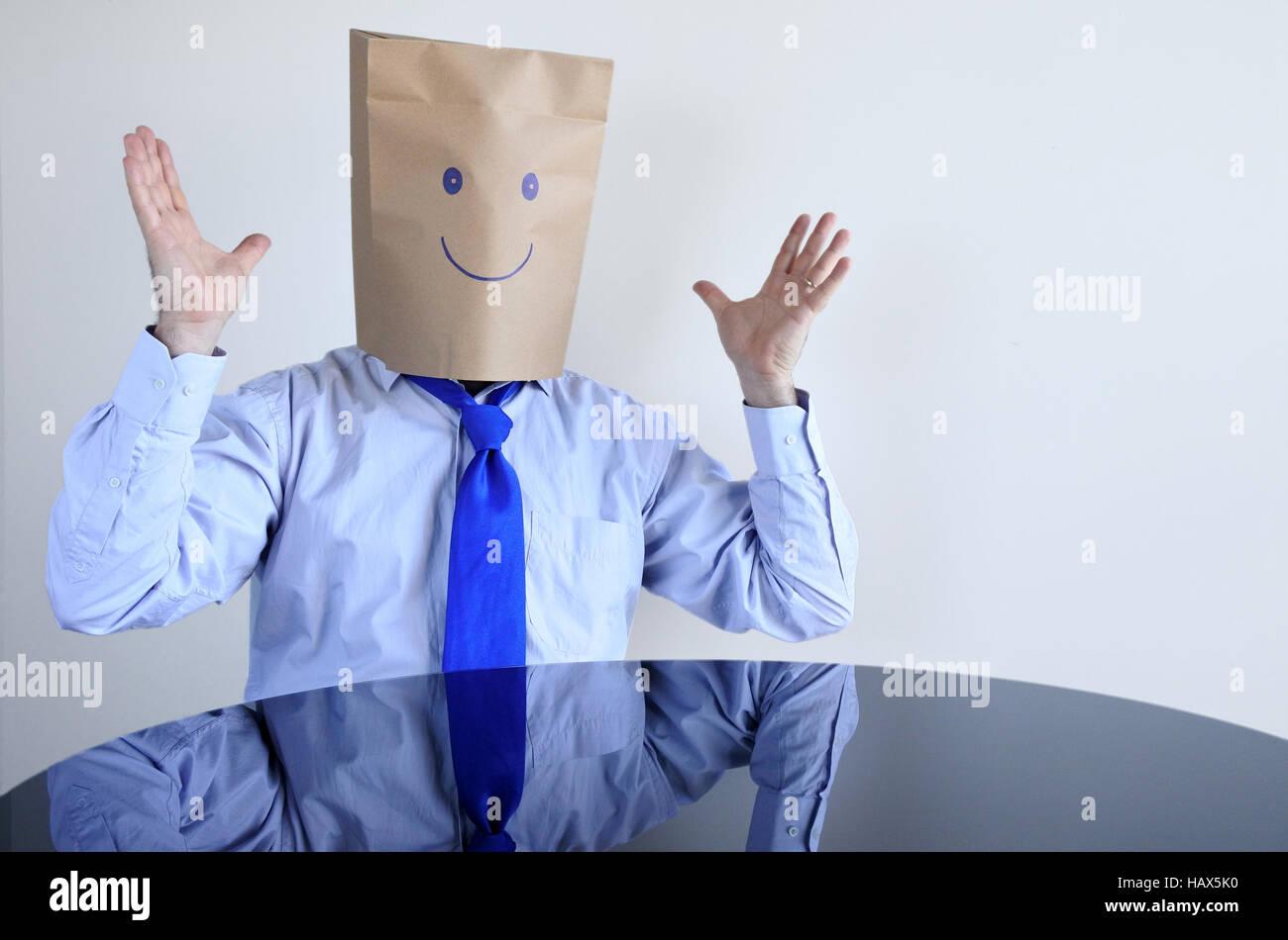 Anonimo uomo felice sedersi al tavolo da soli. L'uomo lifestyle, felicità il concetto di spazio di copia Immagini Stock
