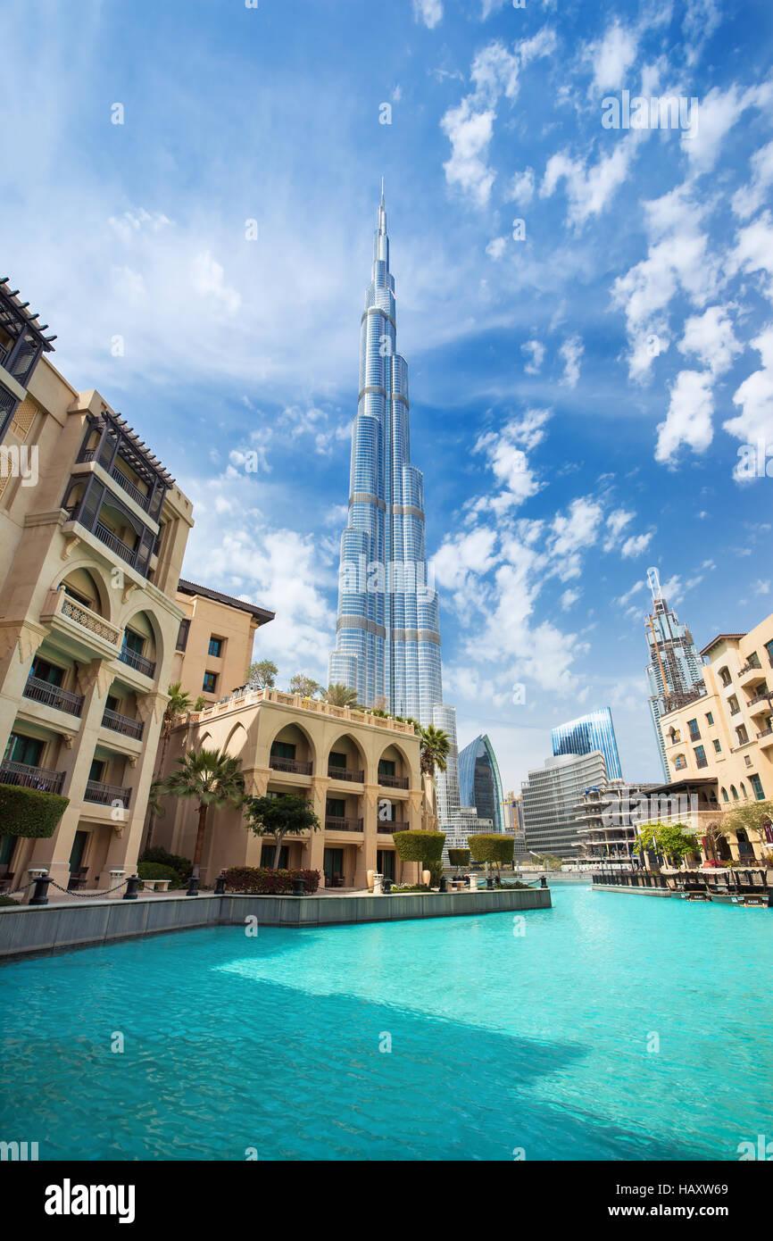 DUBAI FINANCIAL CENTER,EMIRATI ARABI UNITI-febbraio 29, 2016: vista sul Burj Khalifa (alta 828 m) nel centro finanziario Immagini Stock