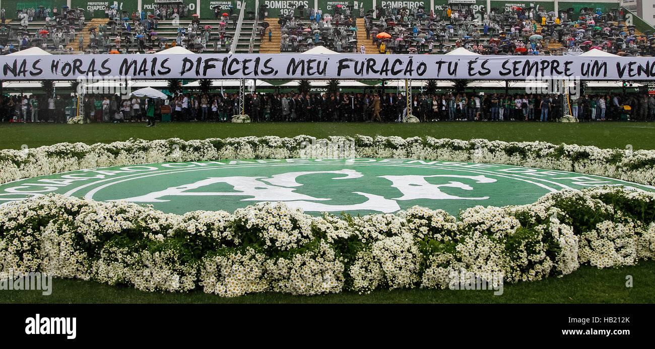 Chapeco, Brasile. 3 dicembre, 2016. Immagine fornita dal brasiliano Presidenza mostra persone in piedi per il tributo Immagini Stock
