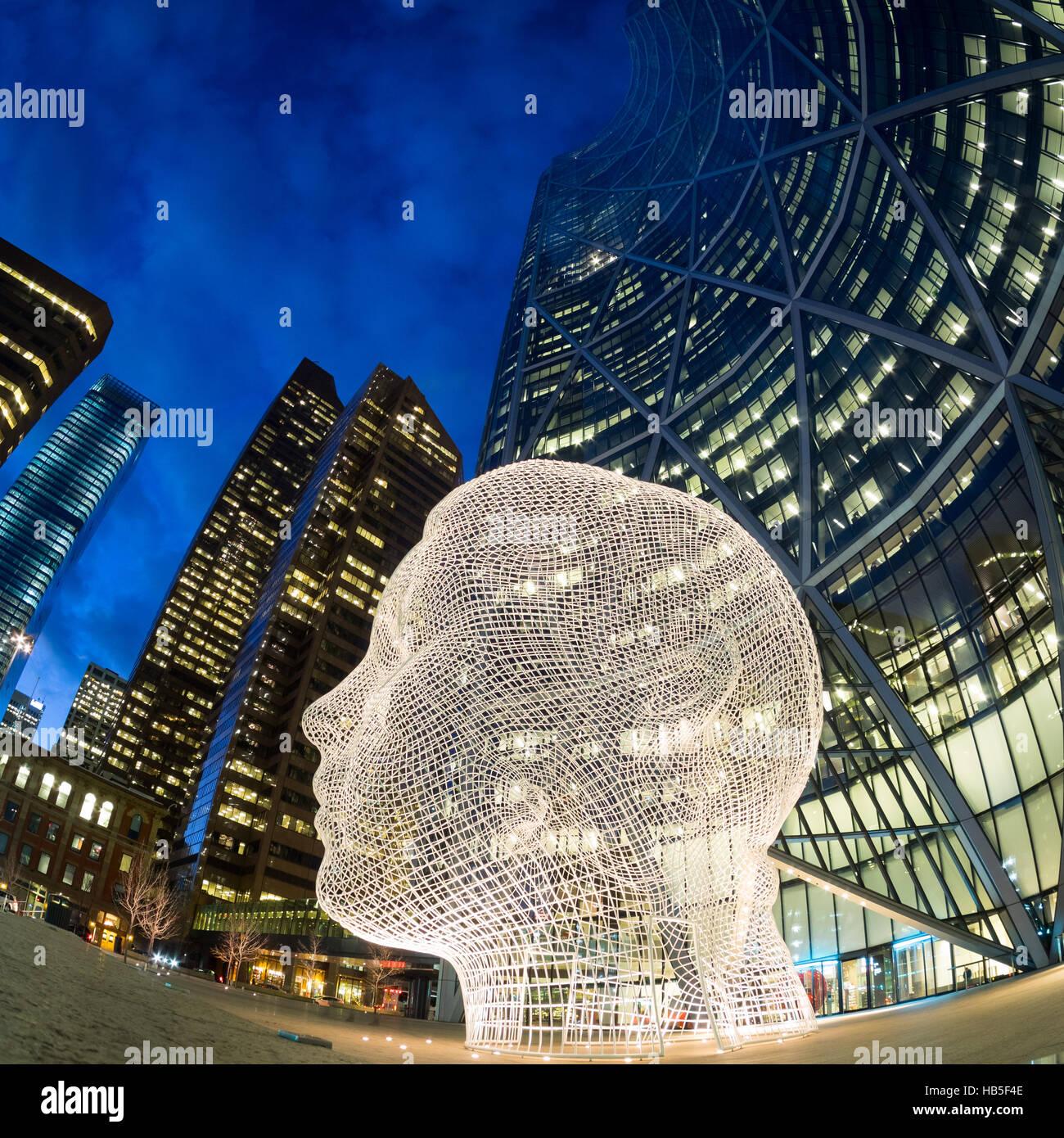 Una notte, Vista fisheye della scultura Wonderland di Jaume da Plensa a, nella parte anteriore della prua grattacielo Immagini Stock