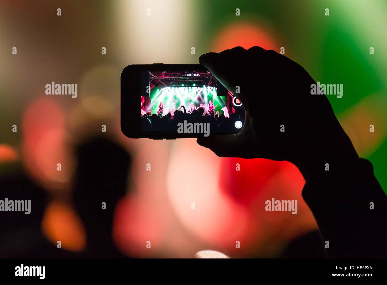 Concertgoers rende la foto con i-Phone Immagini Stock