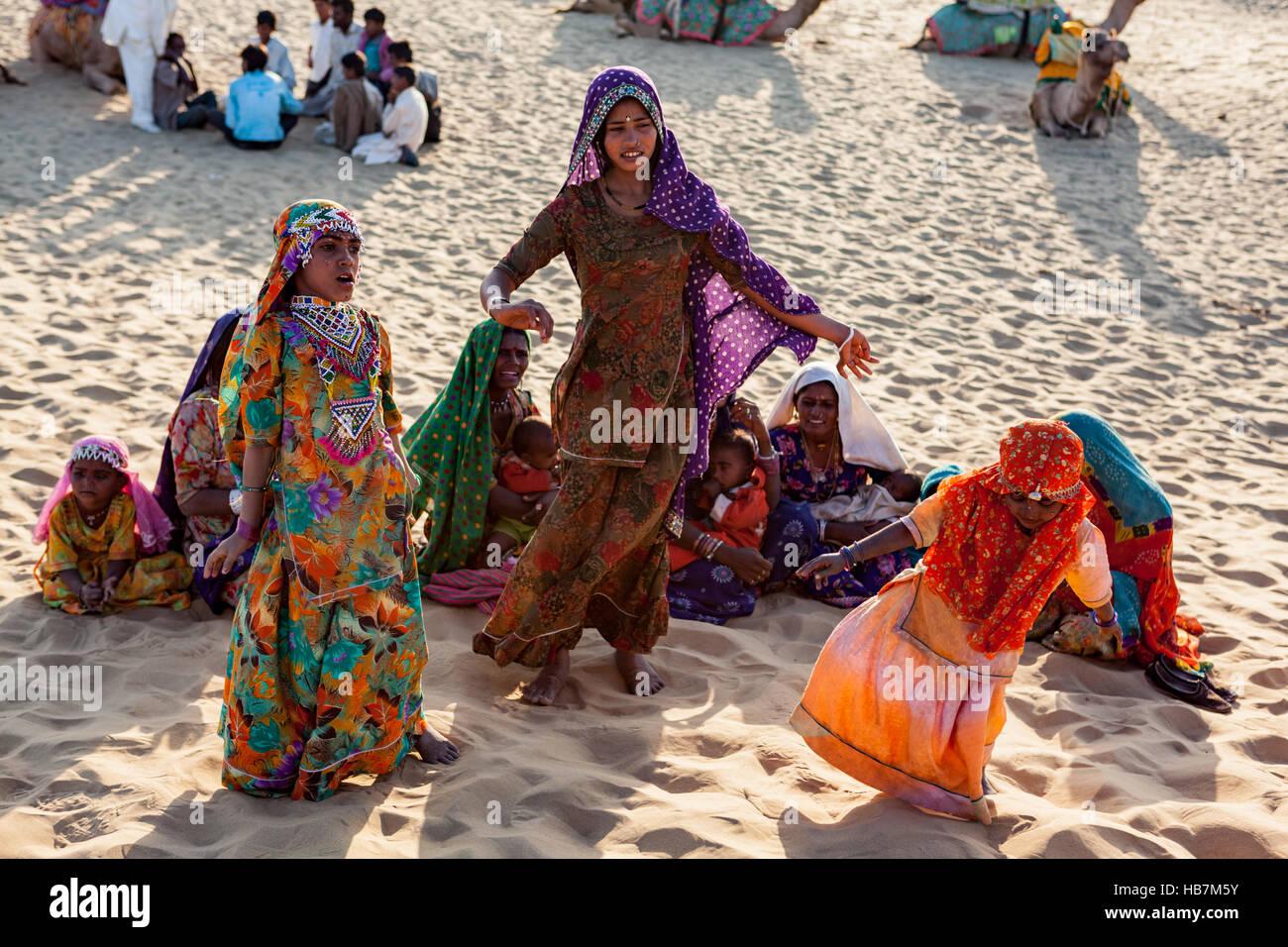 I nomadi del deserto intrattenere i turisti, Jaisalmer, deserto di Thar. Immagini Stock
