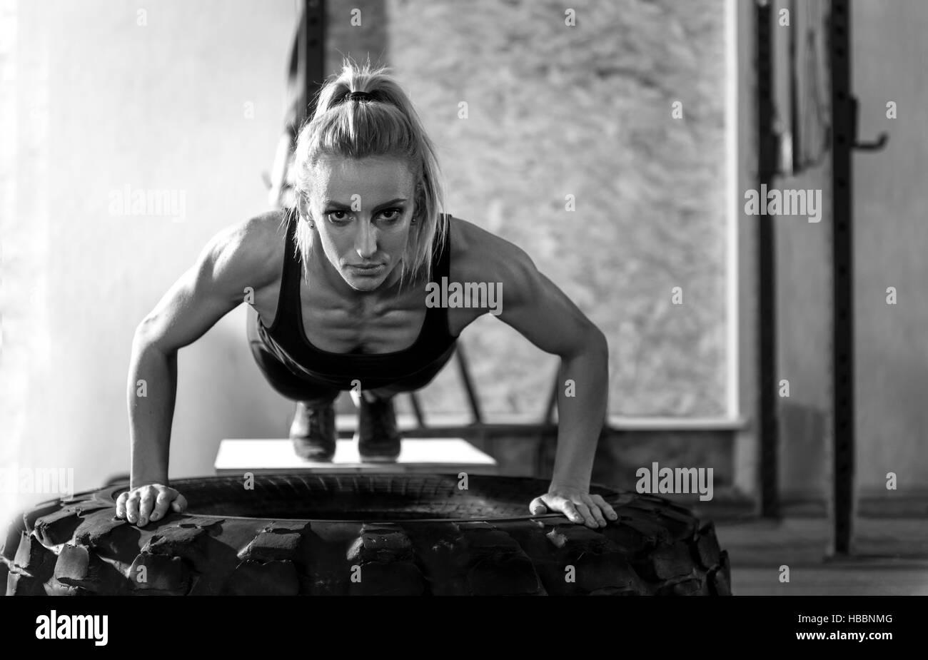 Muscoloso ben costruito donna guardando a voi Immagini Stock
