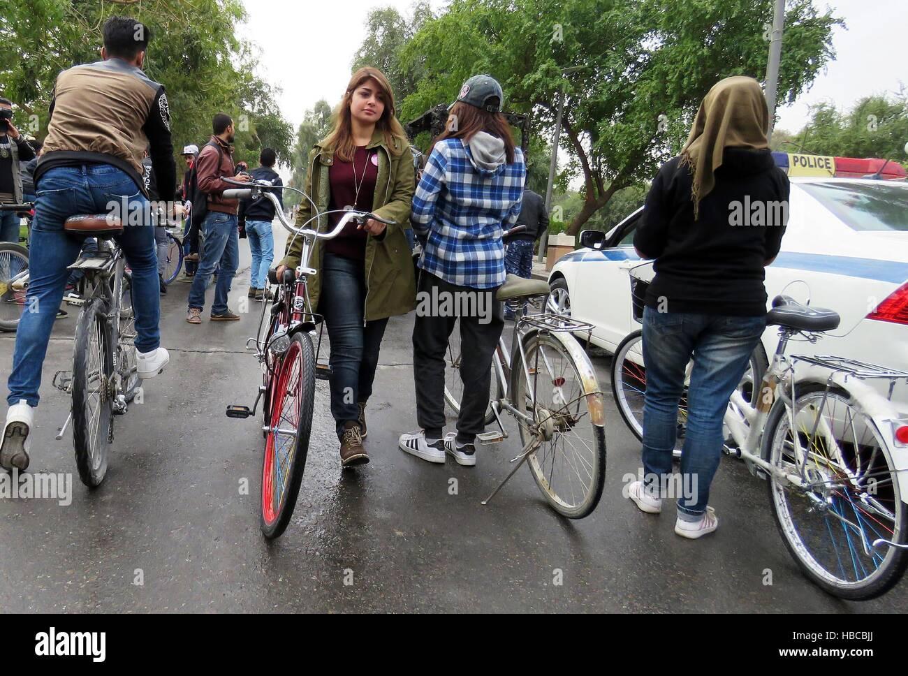 Baghdad in Iraq. 5 Dic, 2016. Gli iracheni si raccolgono sull'Abu Nawas street prima di una manifestazione ciclistica Immagini Stock