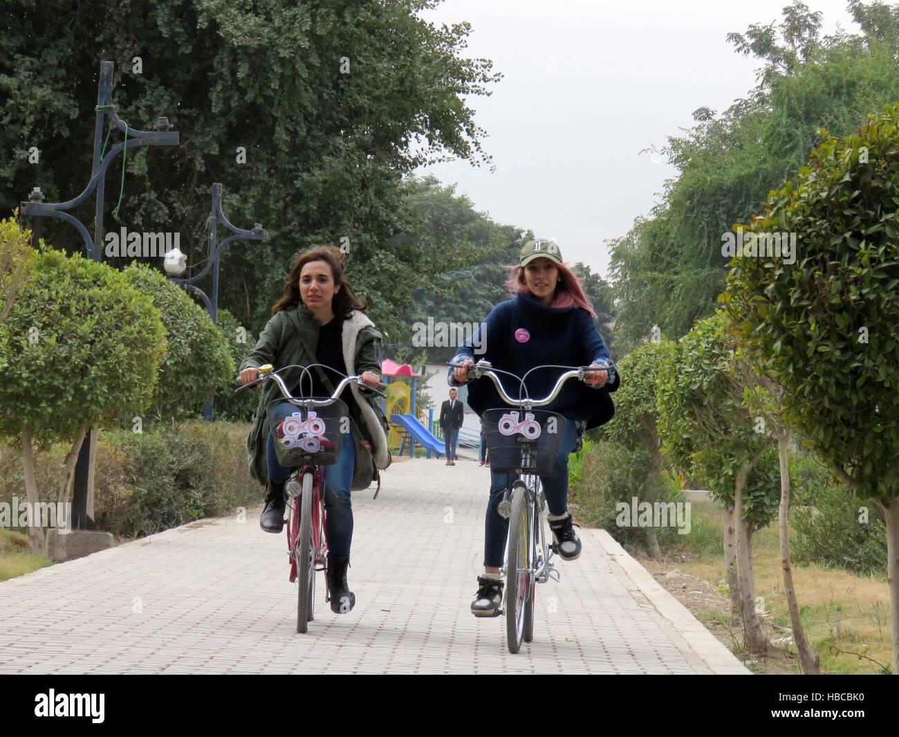 Baghdad in Iraq. 5 Dic, 2016. Due donne irachene in bici sull'Abu Nawas street durante una manifestazione ciclistica Immagini Stock