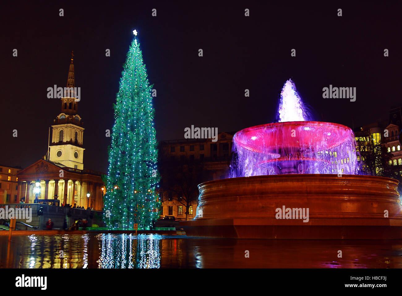 Londra, Regno Unito. Il 5 dicembre 2016. Trafalgar Square albero di Natale e una fontana in Trafalgar Square, Londra, Immagini Stock