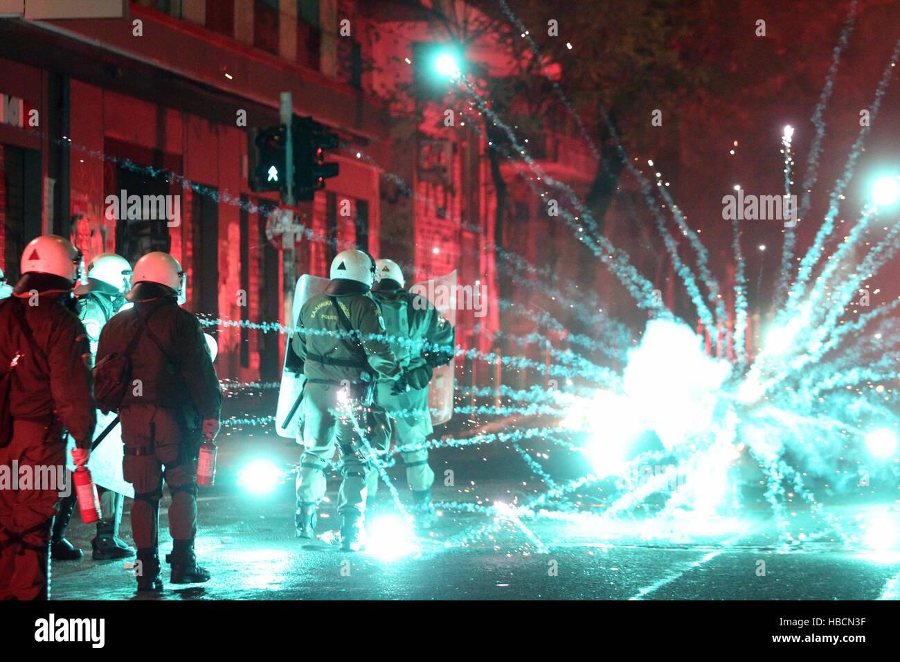 Atene, Grecia. 6 dicembre, 2016. Il greco manifestanti si scontrano con la polizia durante un rally per contrassegnare Immagini Stock