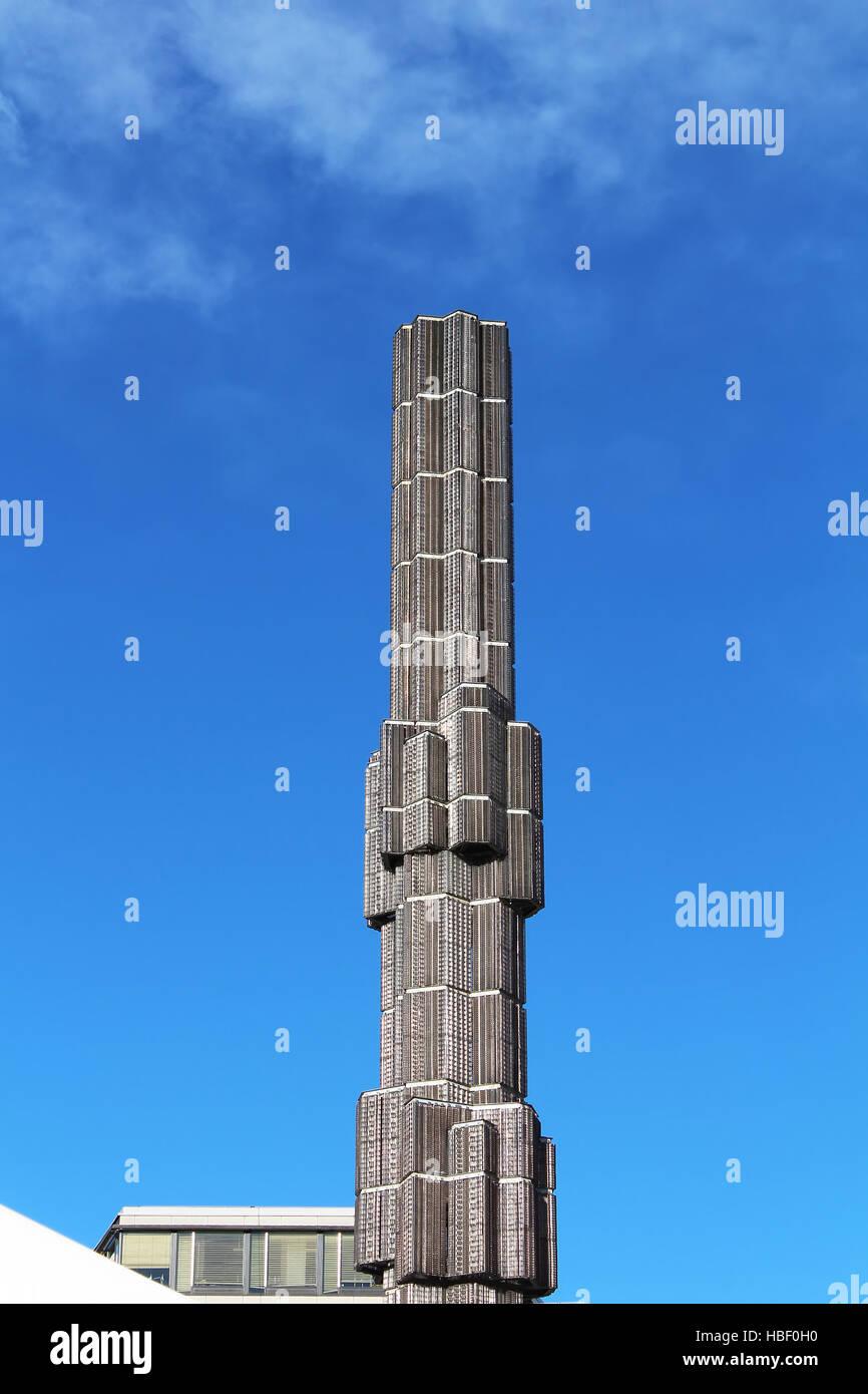 Stoccolma, Svezia - Agosto 12, 2013: Vetro obelisco 'Crystal - accento verticale in vetro e acciaio' su Immagini Stock