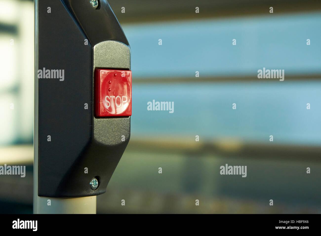 Richiesta di rosso pulsante stop con il braille Immagini Stock