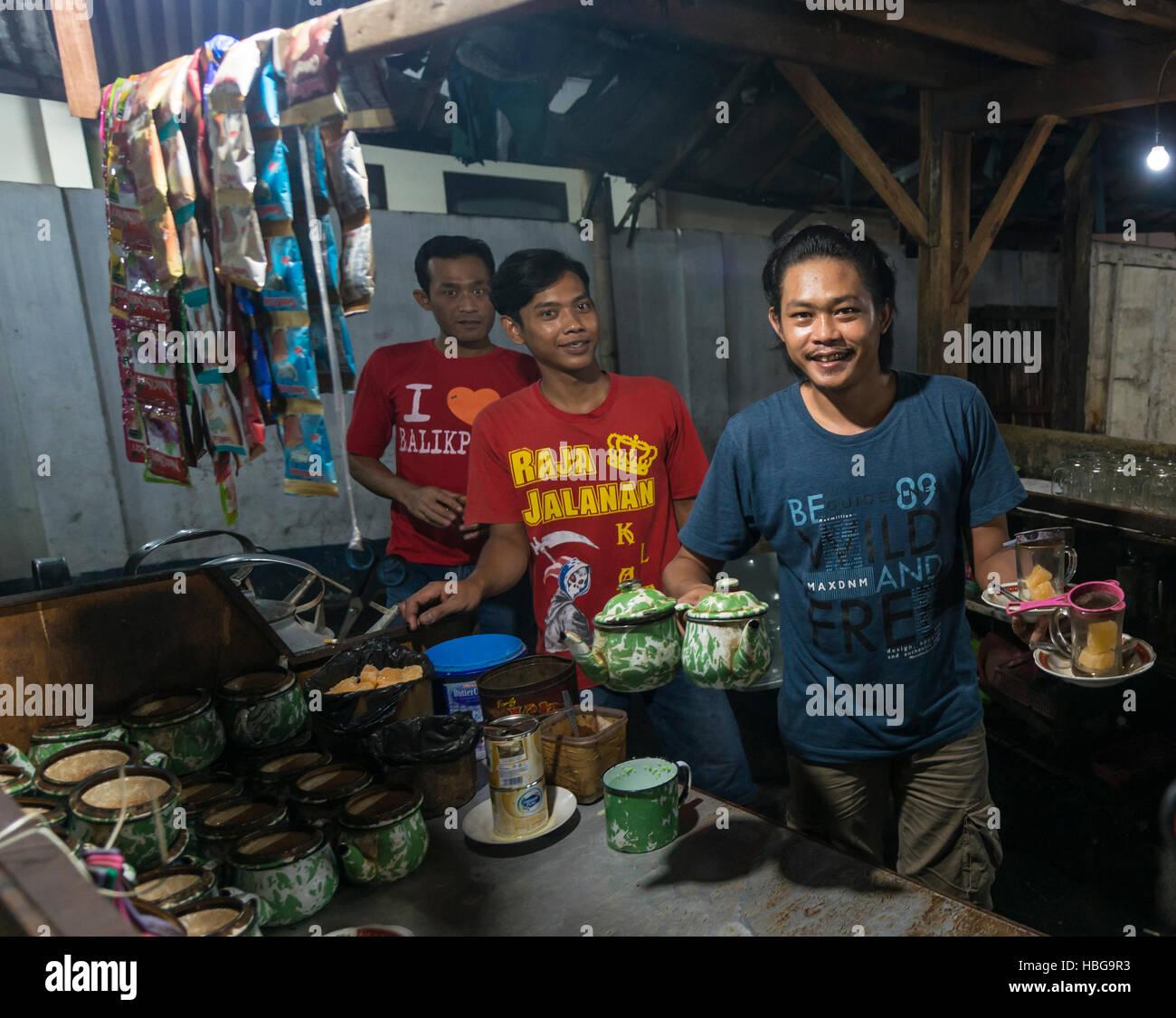 Cameriere nativo offre tè da booth, Mercato alimentare, Yogyakarta, Java, Indonesia Immagini Stock