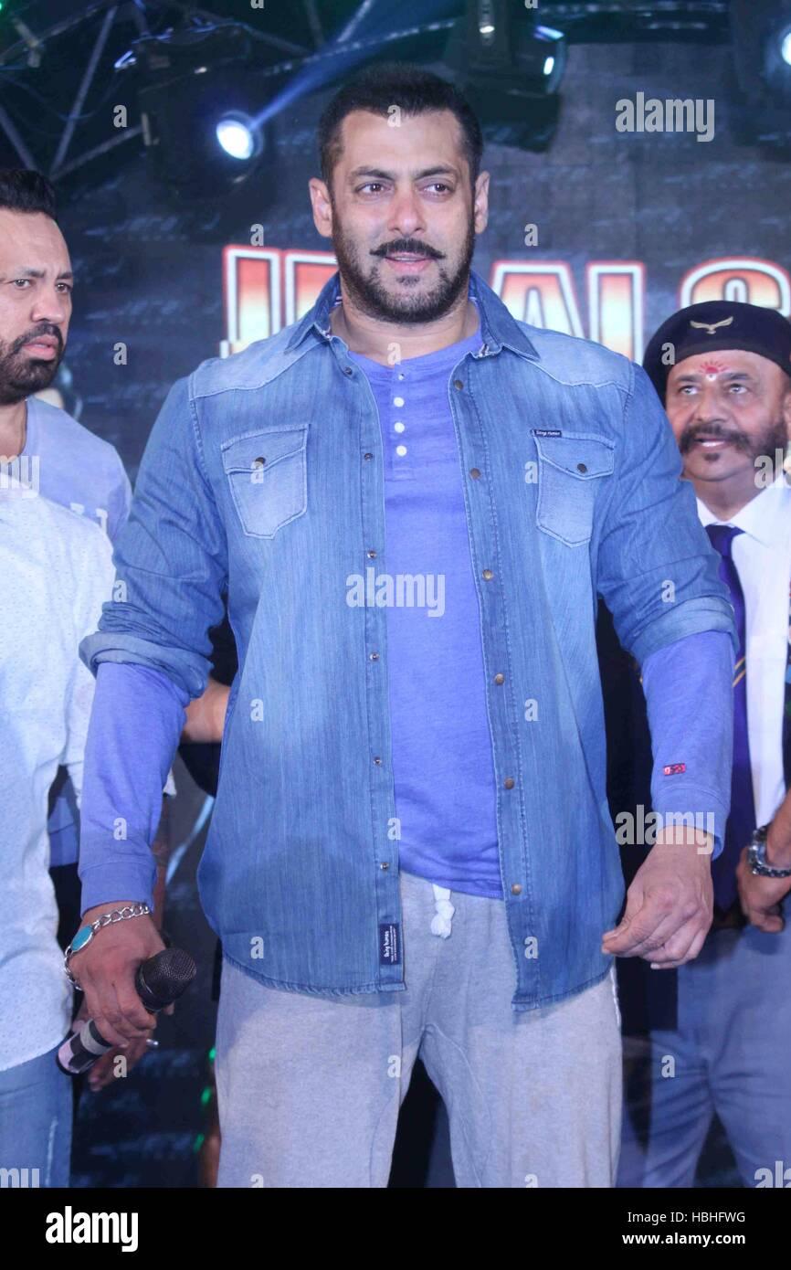 Attore di Bollywood Salman Khan durante una celebrità partita di cricket in Ahmedabad, India il 30 gennaio Immagini Stock