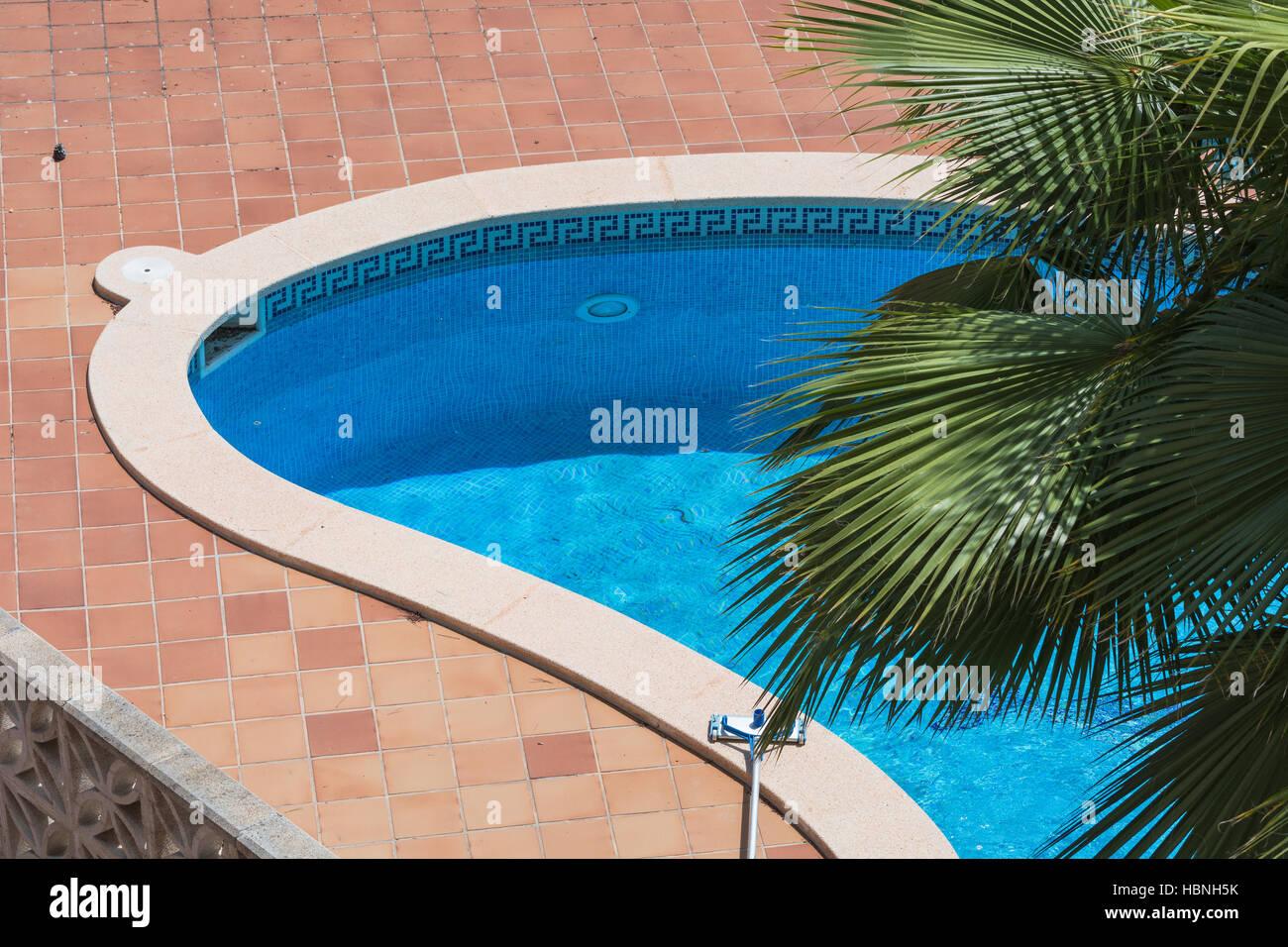 Piscina esterna con piastrelle blu foto & immagine stock: 127708271