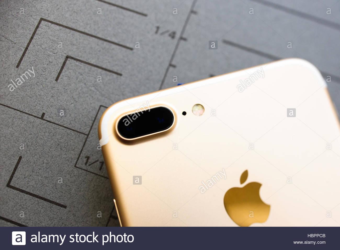 Iphone 7 Plus Oro Rosa Su Sfondo Grigio Foto Immagine Stock