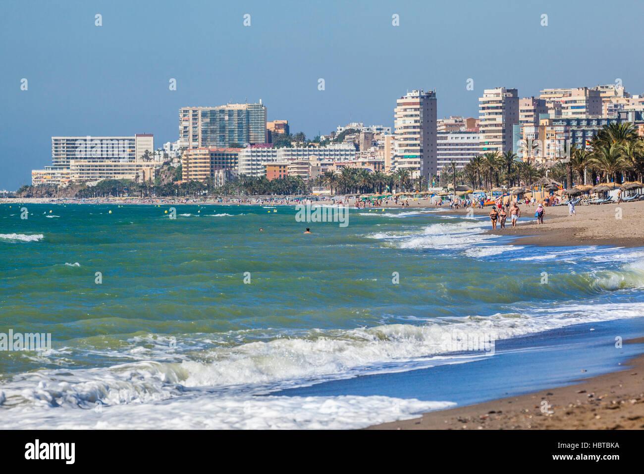Spagna, Andalusia, provincia di Malaga, Costa del Sol, vista l'hotel-highrise skyline della località mediterranea Foto Stock