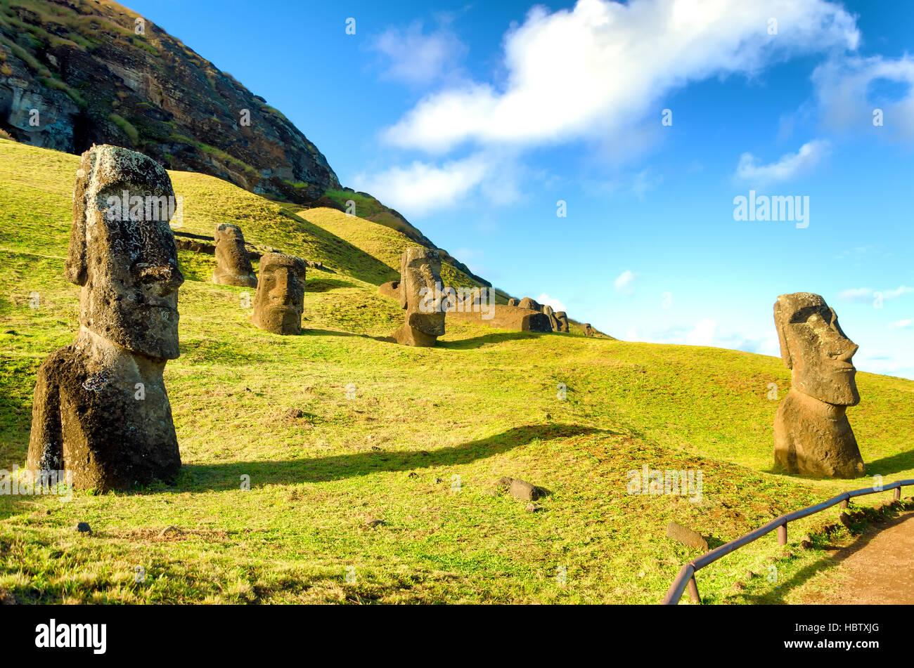 Stone Moai dell'Isola di Pasqua a Rano Raraku in Cile Immagini Stock