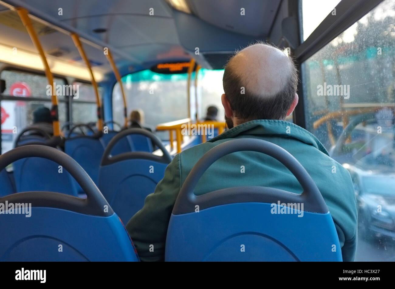 Un giovane uomo su un bus di Londra con calvizie maschile. Immagini Stock