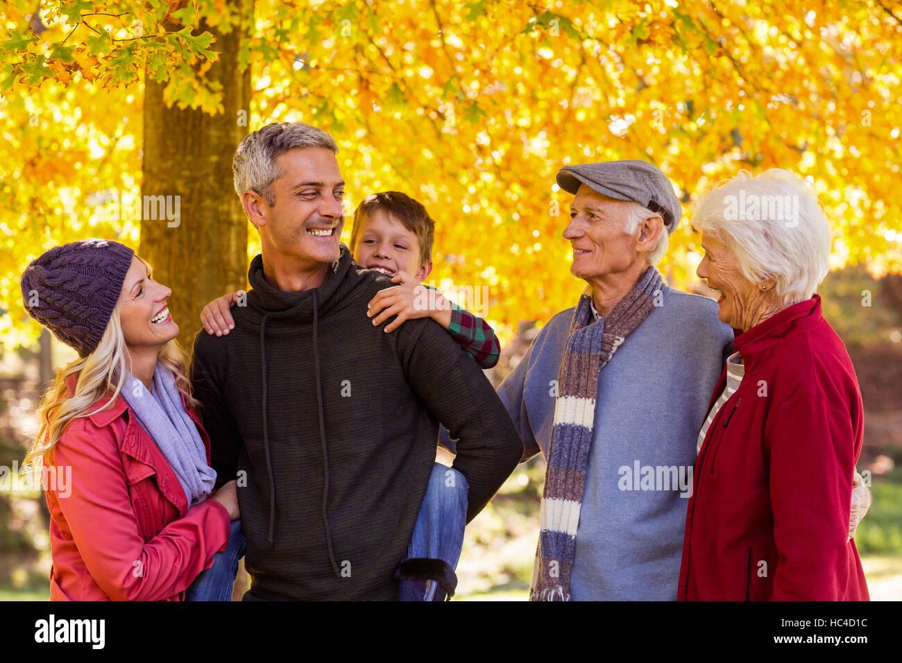 Felice multi-generazione famiglia permanente al park Immagini Stock