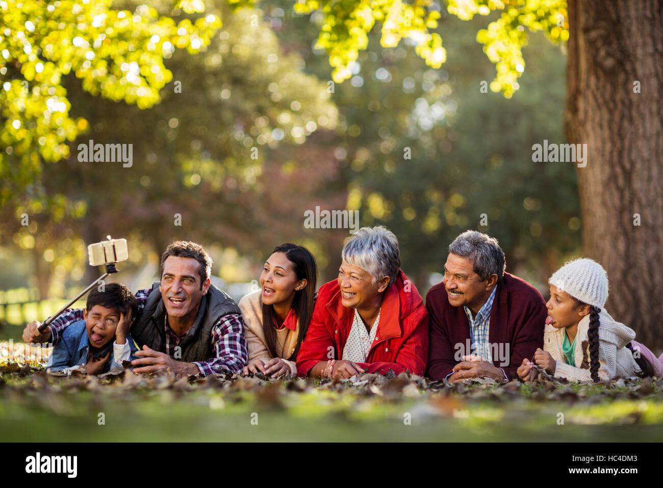 Uomo con gioiosa famiglia tenendo selfie Immagini Stock