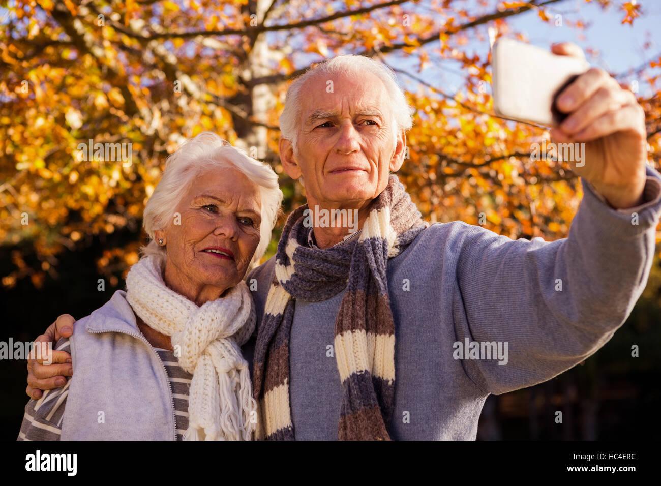 Coppia senior prendendo un selfie Immagini Stock