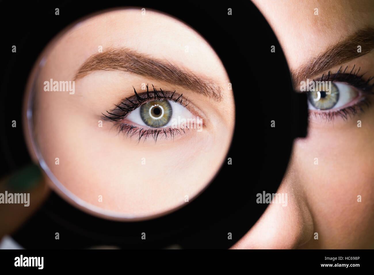 Close-up di bella donna di specchio a mano Immagini Stock