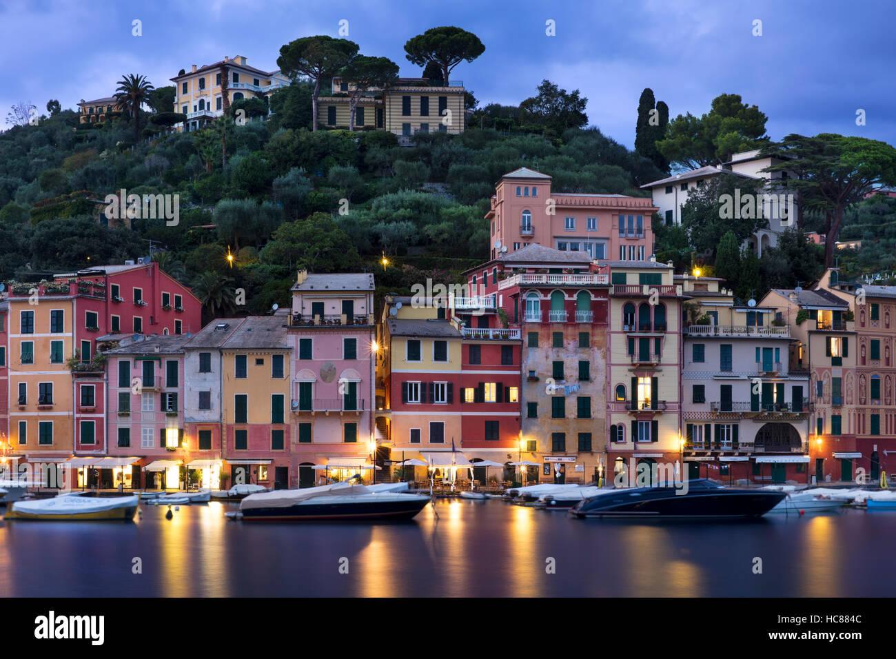 Crepuscolo sulla città portuale di Portofino, Liguria, Italia Immagini Stock