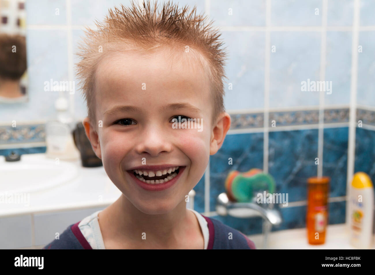 Bagno Con Un Ragazzo : Ritratto di un ragazzo con i capelli bagnati dopo la doccia del