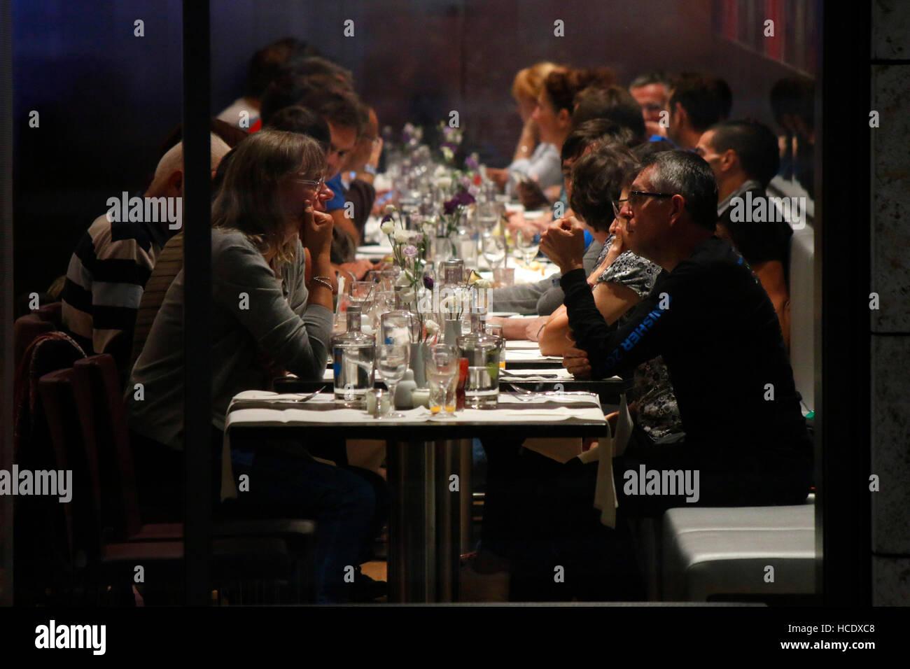 Menschen un einem Esstisch, Berlino. Immagini Stock