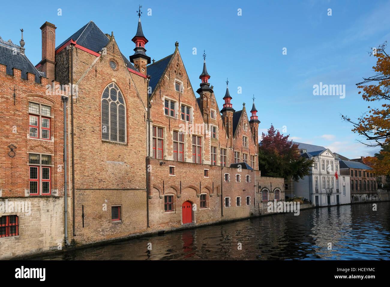Mattone rosso lato canale edifici sulla Groenerie canal, . Edificio sulla sinistra è parte della Oude Civiele Immagini Stock