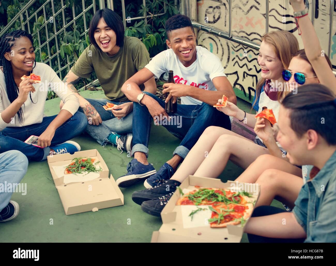 La gente cordiale amicizia mangiare la pizza La cultura giovanile Concept Immagini Stock