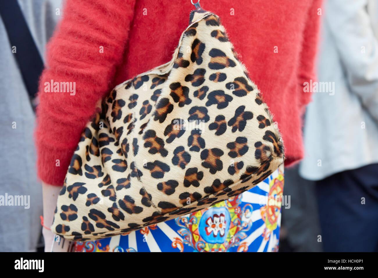Donna con leopard borsa di pelle prima di Cristiano Burani Fashion show a5bee819408