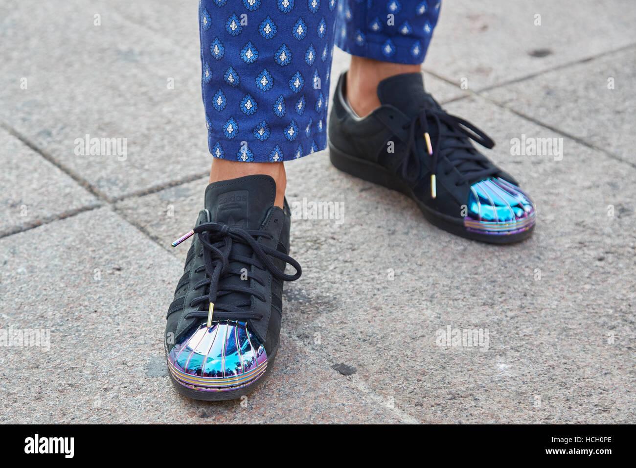 the latest 5a2c5 b1edf L'uomo con il nero scarpe Adidas con punto blu prima di ...