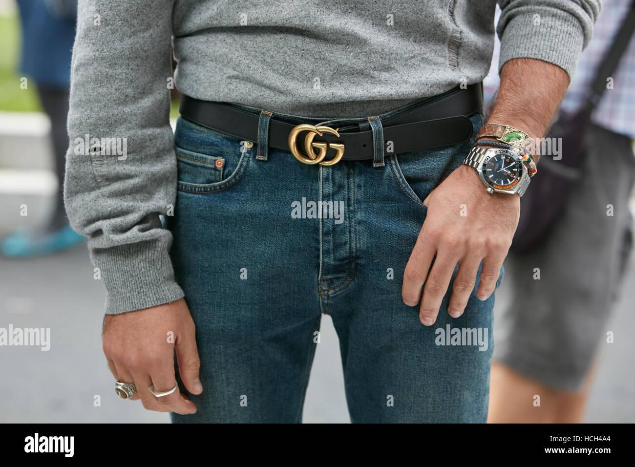 Uomo con orologio Omega e Gucci cintura prima di Giorgio Armani fashion show 2059fb83d755