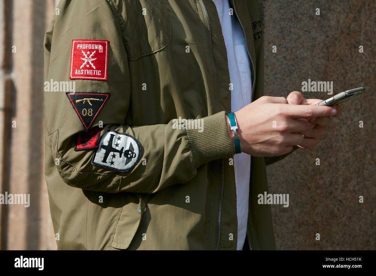 Uomo con Hermes braccialetto e bombardiere verde camicia prima di Giamba  fashion show e388066889f