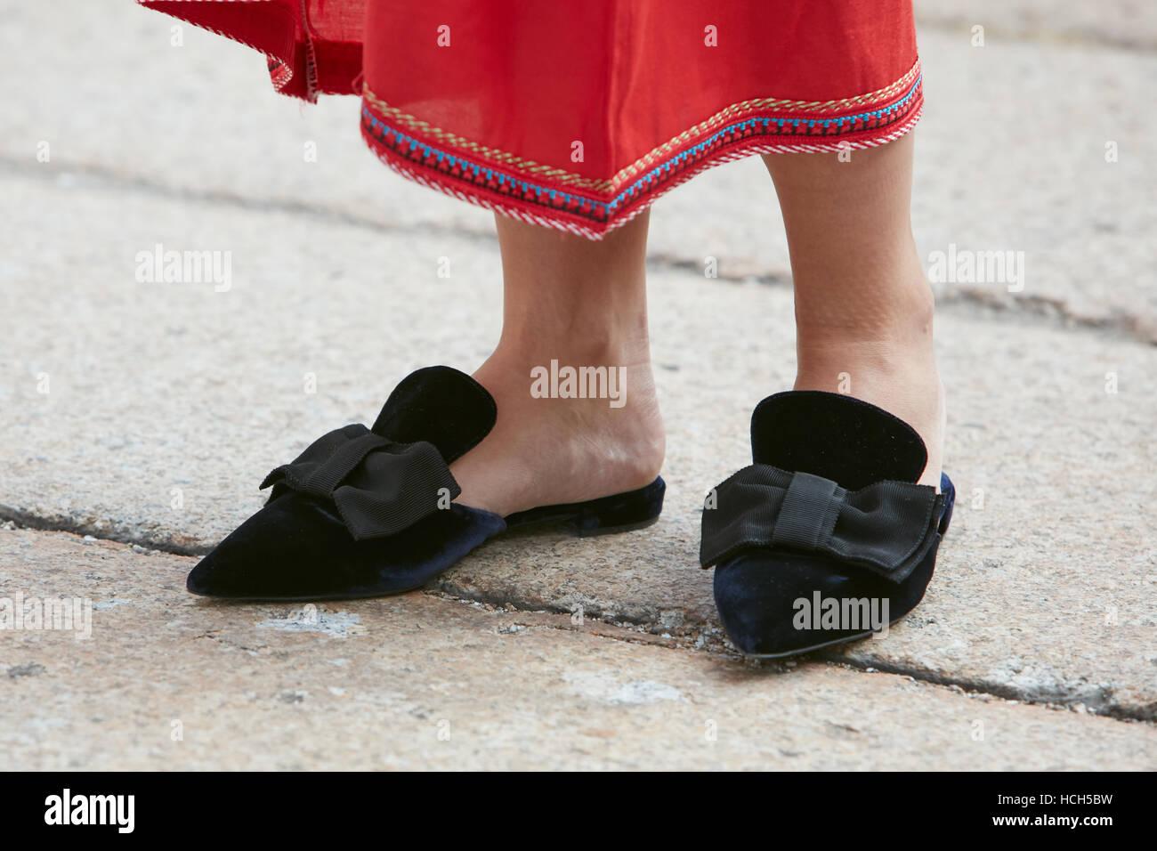 Donna con abito rosso e nero scarpe di velluto prima di moda Tod s show 8b0e68142eb