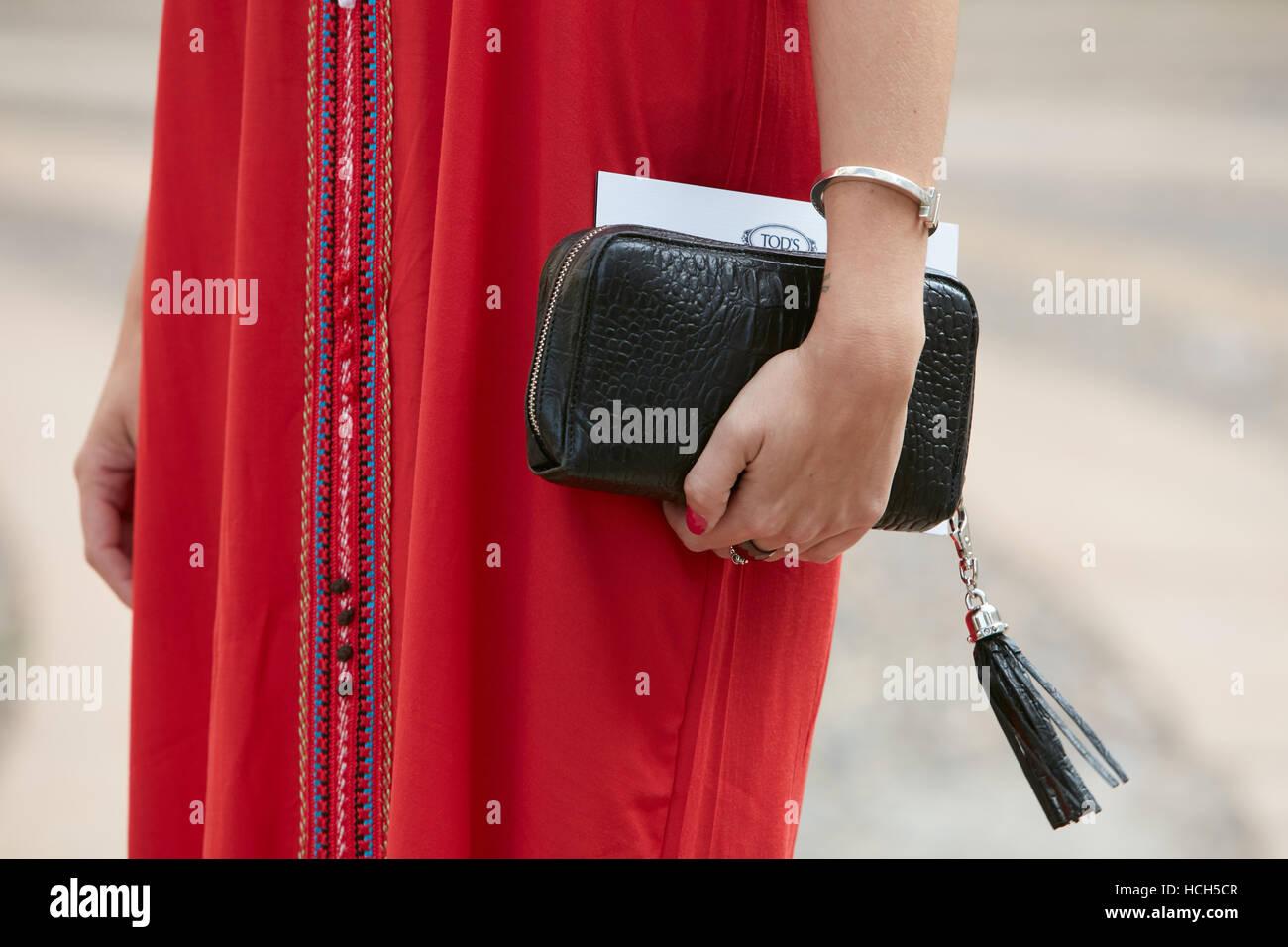 Donna con coccodrillo nero borsa e abito rosso prima di moda Tod s show a0fd08fd600