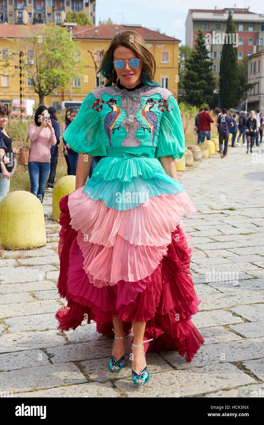 Anna Dello Russo con abiti lunghi in rosa rosso e turchese colori prima di Gucci fashion show, la Settimana della Immagini Stock