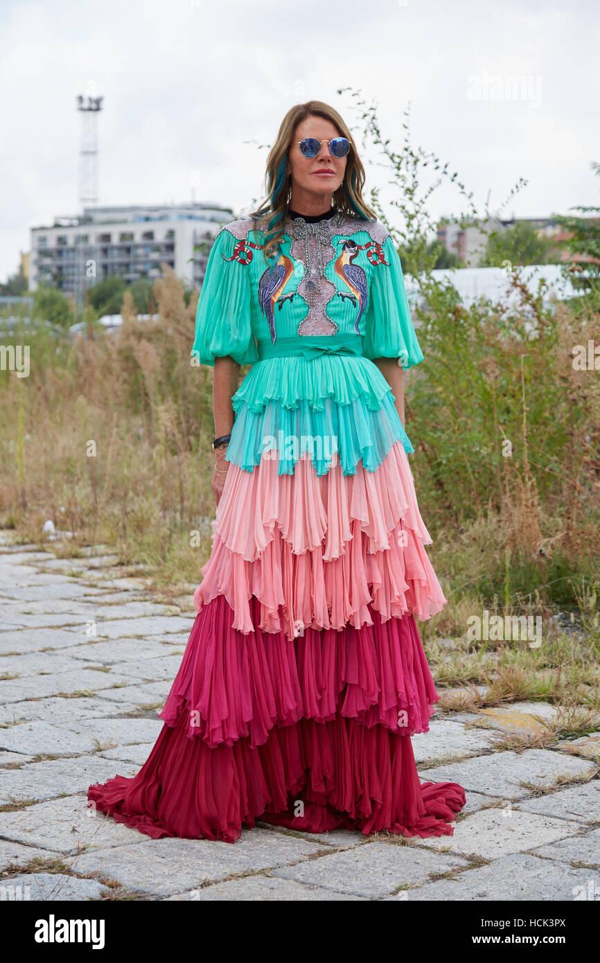 hot sale online 3c16f 7f099 Anna Dello Russo con abiti lunghi in rosa rosso e turchese ...