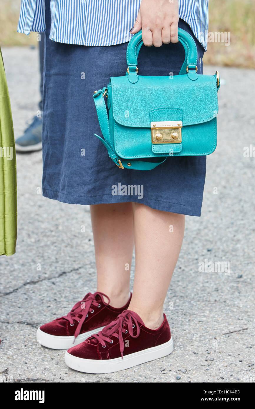 Blue Velvet Bag Immagini   Blue Velvet Bag Fotos Stock - Alamy 28fa59353c46