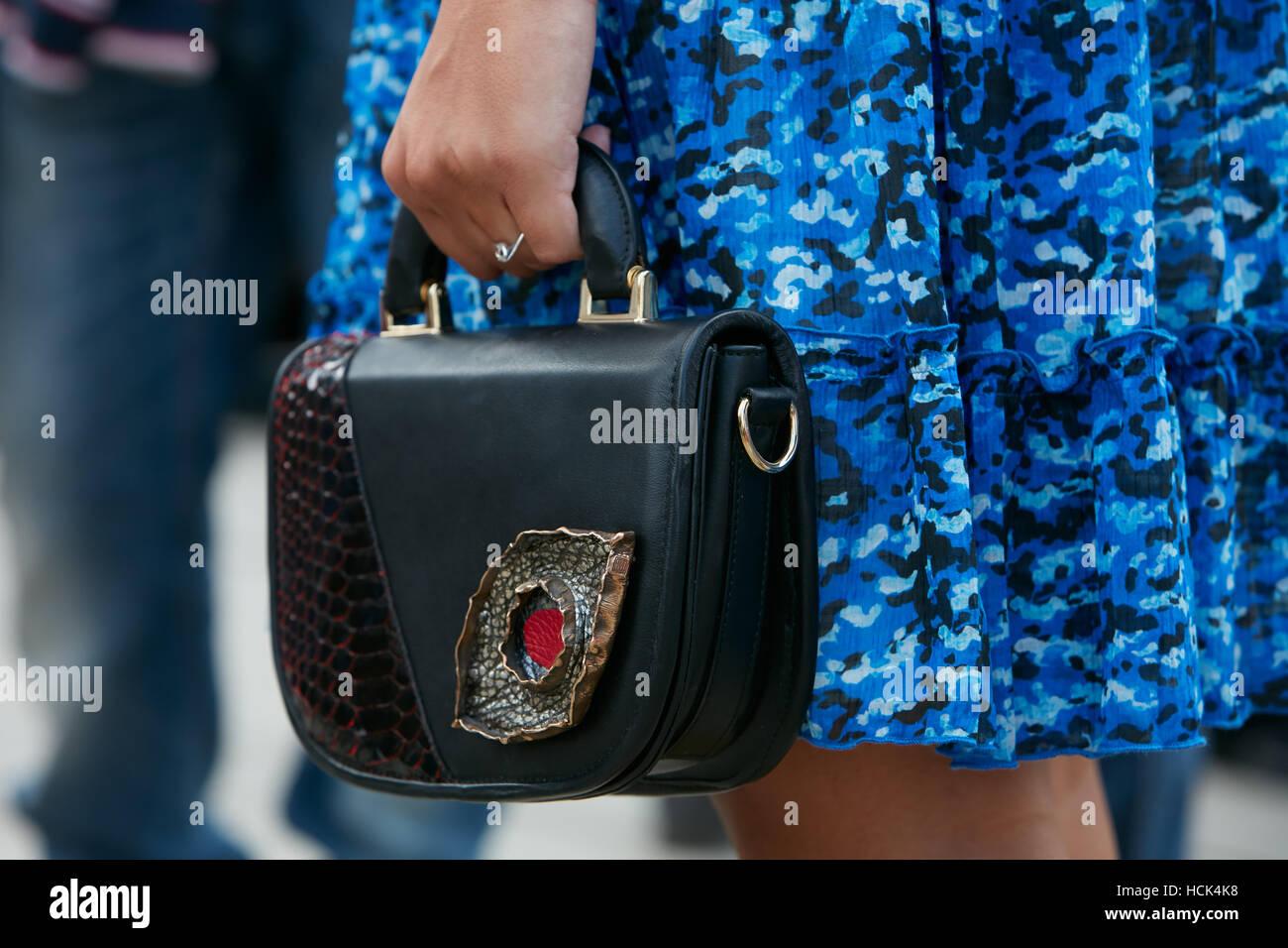 Donna con sacchetto con decorazione di metallo e vestito blu prima di Gucci fashion show, la Settimana della Moda Immagini Stock